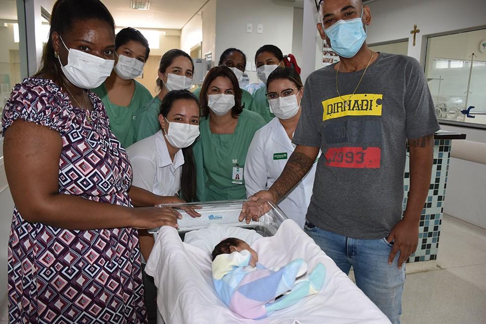 Helena recebendo alta ao lado do pai, da mãe e de profissionais de saúde em Catanduva  — Foto:  Divulgação/Unimed de Catanduva