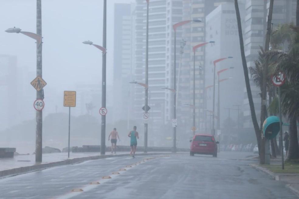 Chuva na Avenida Beira mar, em Fortaleza — Foto: Natinho Rodrigues/SVM