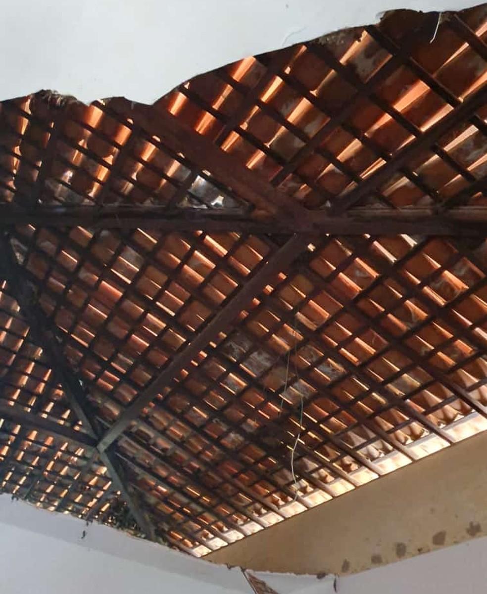Parte do teto de escola de Ceará-Mirim caiu — Foto: Cedida