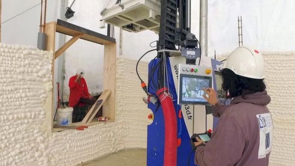 A impressão da casa demorou 54 horas, mas equipe técnica diz já ser capaz de fazer em 33 (Foto: BBC)