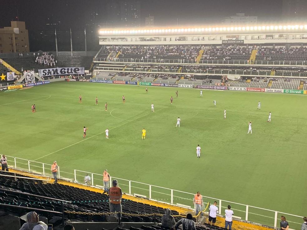 Santos x Botafogo-SP teve baixo público na Vila Belmiro — Foto: Eduardo Valim