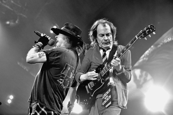 Axl Rose e Angus Young durante apresentação do AC/DC (Foto: Getty Images)
