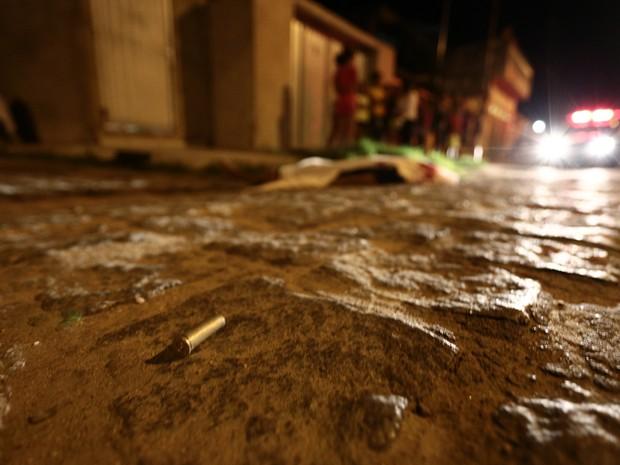 Cápsulas de um revólver .38 foram encontradas próximas ao corpo (Foto: Jonathan Lins/G1)
