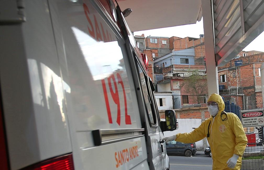 12 de maio - Médico do SAMU (Serviço de Atendimento Móvel de Urgência) se prepara para transportar paciente de um centro de saúde de emergência para hospital, em meio à pandemia de coronavírus (COVID-19), em Santo André, São Paulo — Foto: Rahel Patrasso/Reuters