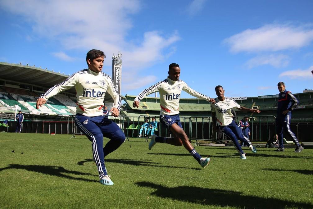 Everton Felipe, à esquerda, participa de treino do São Paulo em Curitiba — Foto: Rubens Chiri/saopaulofc.net