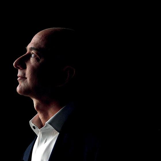 Jeff Bezos, da Amazon, é o primeiro a ter uma fortuna de 12 dígitos. Antes pouco falante e pouco transparente nos negócios, agora ele gosta de aparecer  (Foto: Patrick Fallon/Bloomberg/Getty Images)
