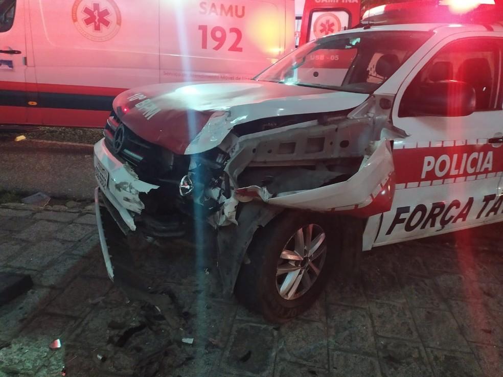 Suspeitos batem moto em viatura da polícia, em Campina Grande — Foto: Polícia Militar da Paraíba/divulgação