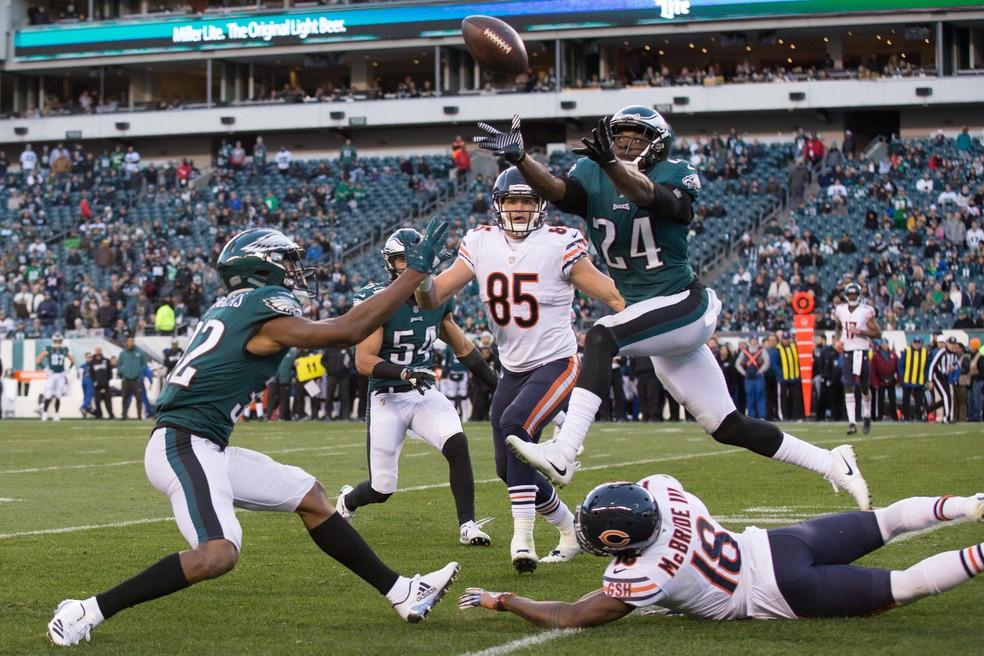Corey Graham com os olhos na bola para conseguir a interceptação (Foto: Bill Streicher-USA TODAY Sports/Reuters)