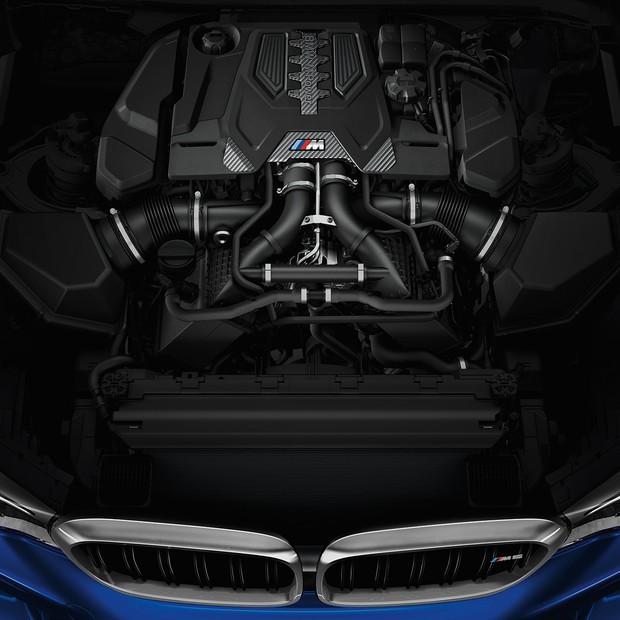 Motor V8 4.4 litros, 600 cv de potência, com teto e capa confeccionados com fibra de carbono para perfeita relação entre peso e potência (Foto: Divulgação)