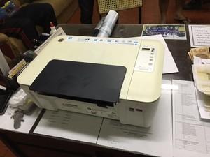 Com o homem foi encontrado ainda uma impressora (Foto: Divulgação/PM)