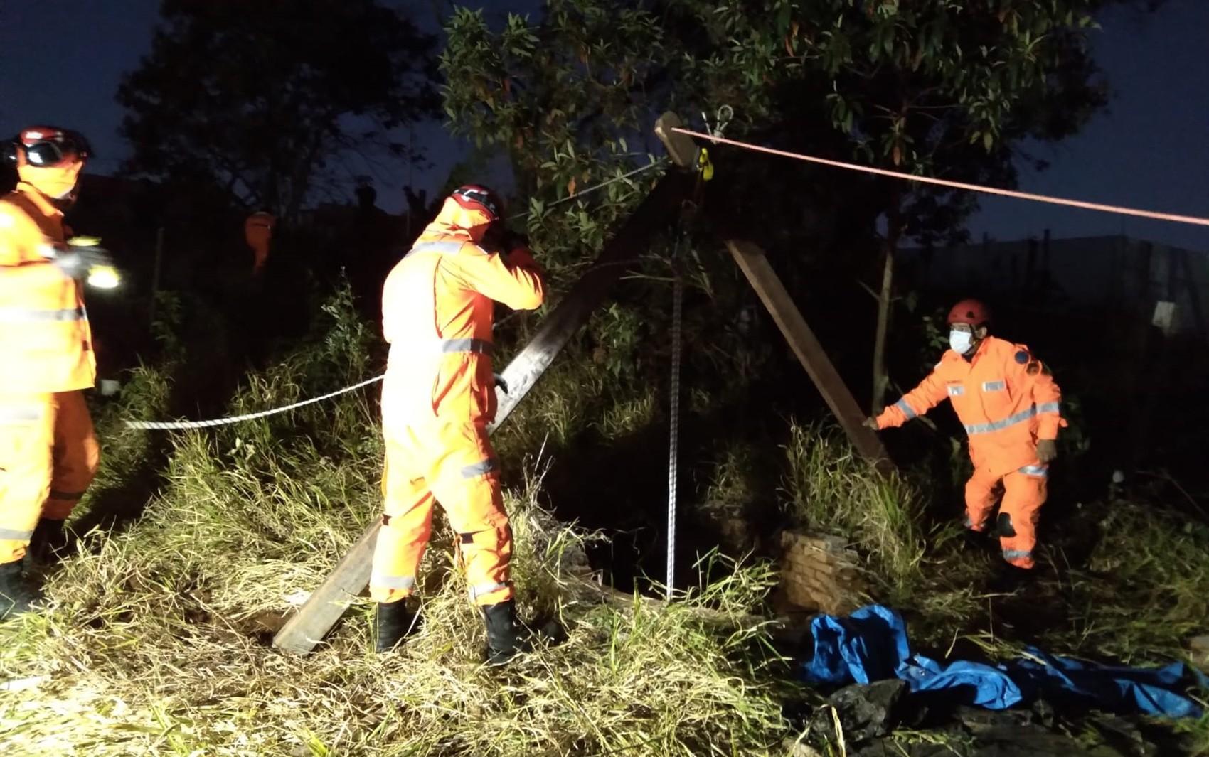 Adolescente cai em cisterna na zona rural de Pouso Alegre e é resgatado pelo Corpo de Bombeiros