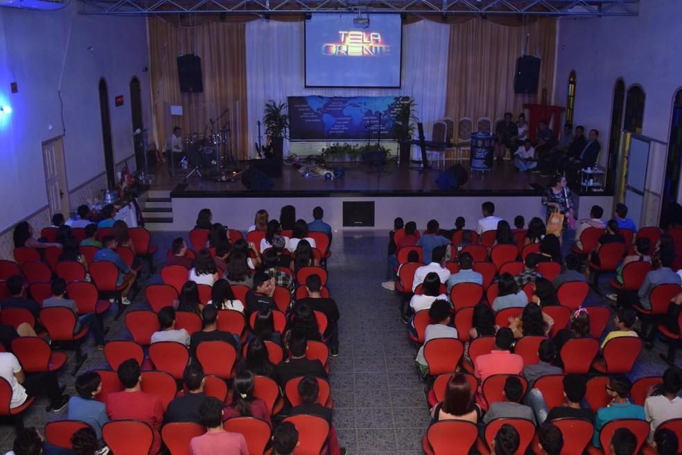 'Tela Crente' tem sessão de cinema dentro da igreja — Foto: Philippe Silva/IEQ