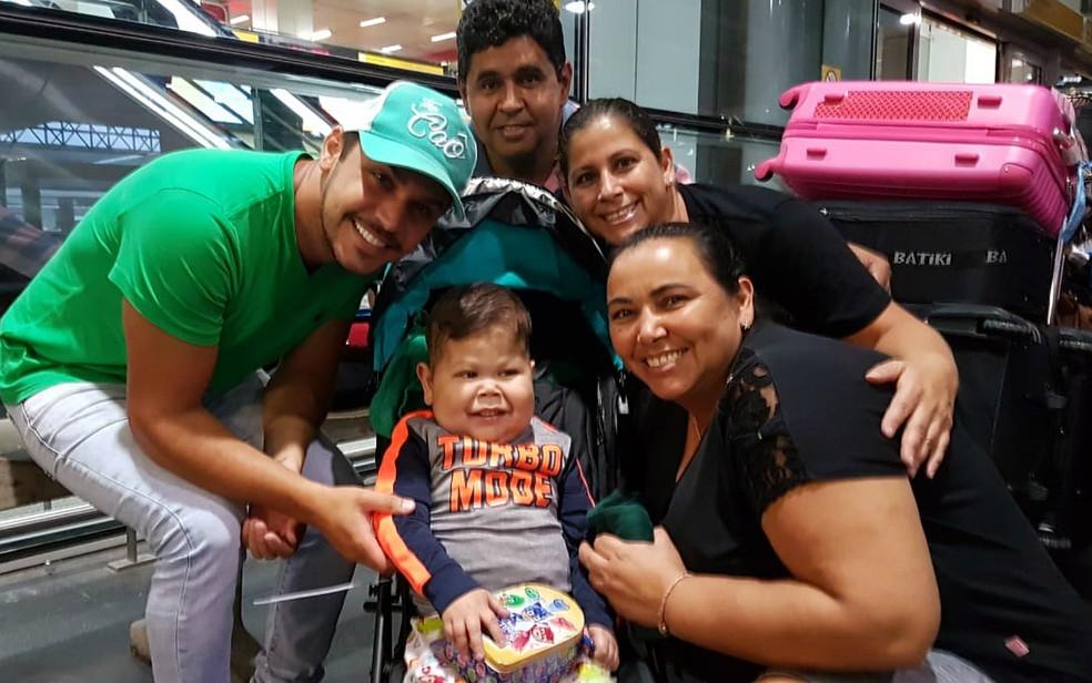 Davi Miguel Gama desembarcou com os pais no Aeroporto Internacional de Guarulhos — Foto: Jhonatan Vinicius/Arquivo Pessoal