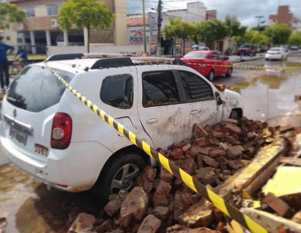 Escombros da casa que desabou no Sertão da Paraíba atingiram dois carros — Foto: Corpo de Bombeiros/Divulgação