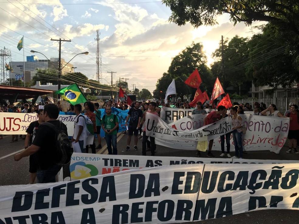 Macapá, 17h55: Com faixas e cartazes, grupo sai em caminhada — Foto: Caio Coutinho/G1