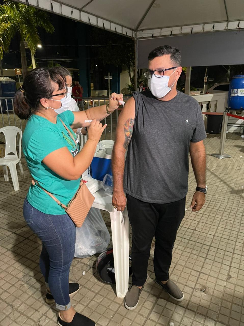 Enfermeira que perdeu os pais para a Covid vacina marido contra a doença durante mutirão no AC: 'Esperança'