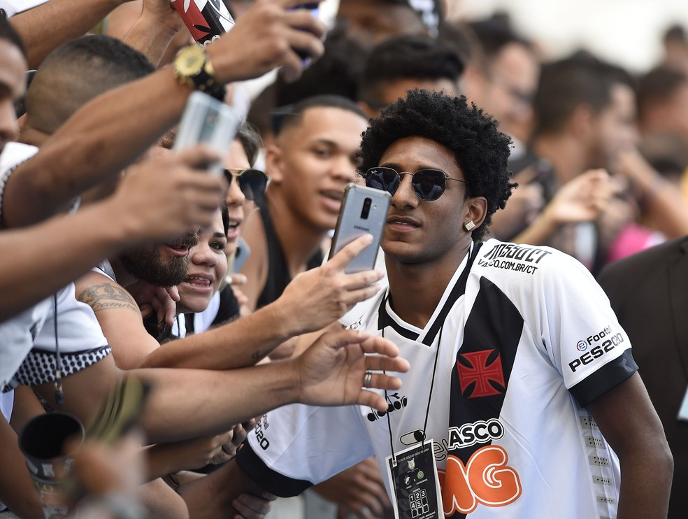 Talles Magno tira foto com torcedores do Vasco — Foto: André Durão