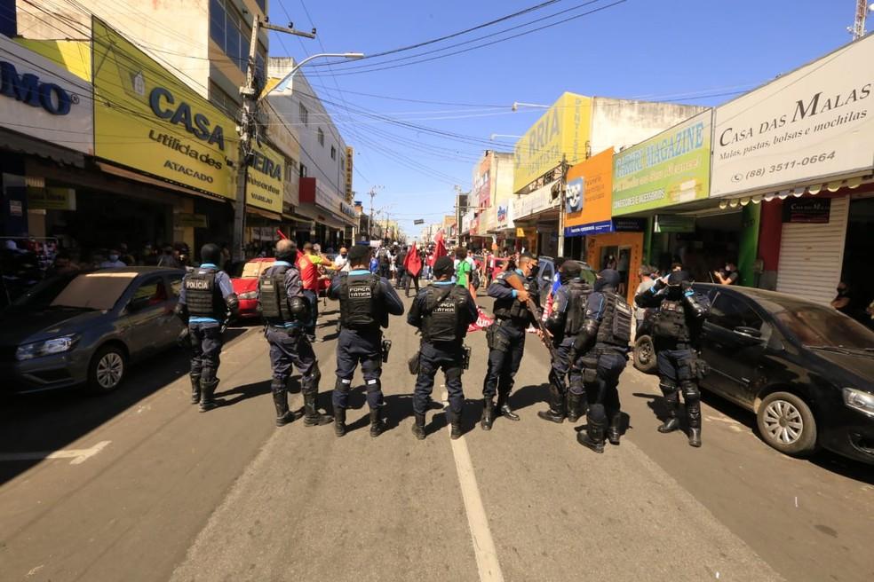 Polícia Militar acompanhou manifestantes de protesto contra Jair Bolsonaro em Juazeiro do Norte. — Foto: Nívia Uchoa