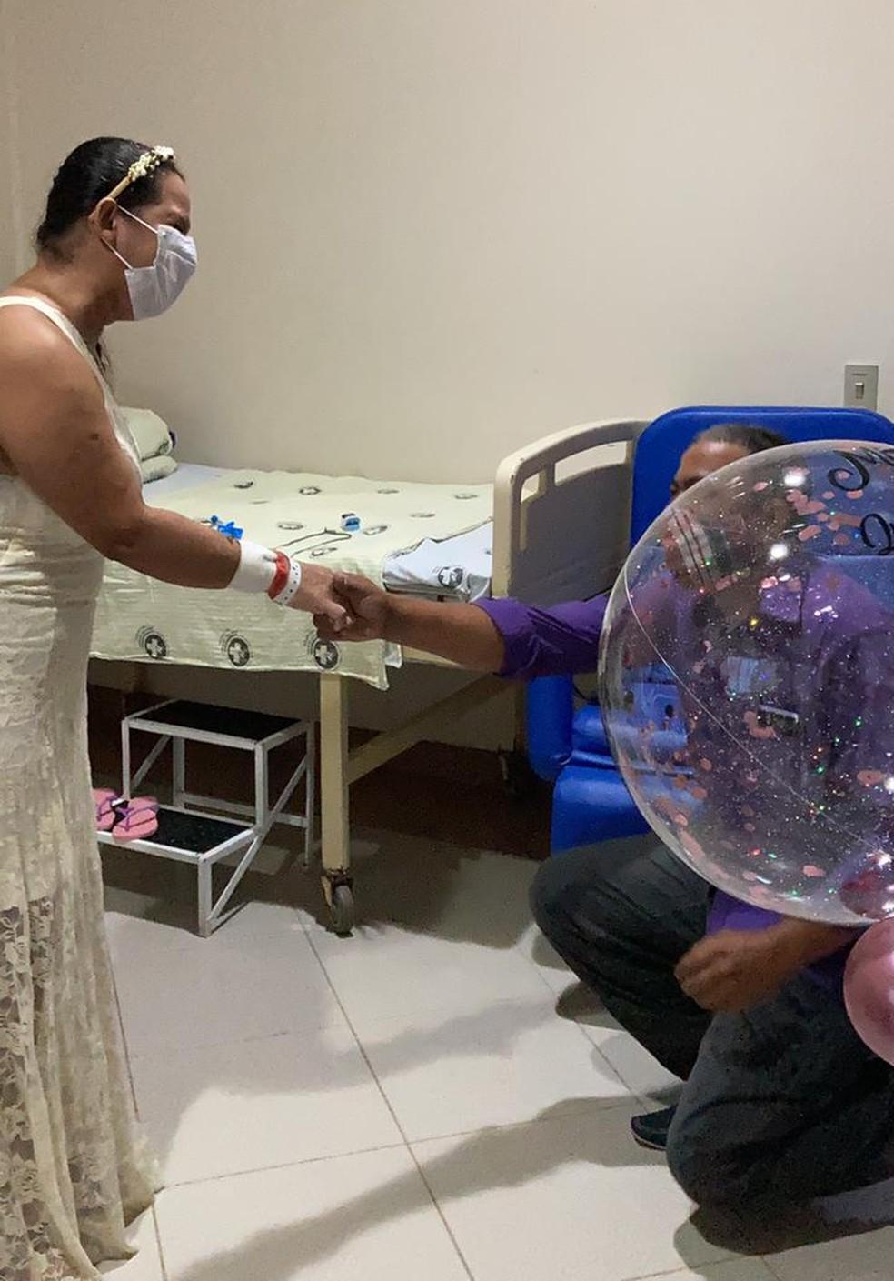 Antônio se ajoelhou e pediu a companheira em casamento no leito do hospital — Foto: Asscom/Hospital Santa Juliana