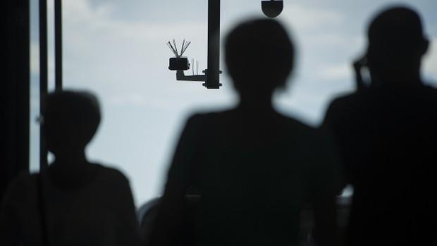 Câmera de vigilância com reconhecimento facial em estação de Berlim, na Alemanha (Foto: Steffi Loos/Getty Images)
