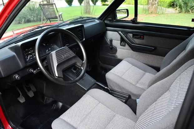 O interior também foi retocado e os estofamentos parecem perfeitos (Foto: Reprodução)