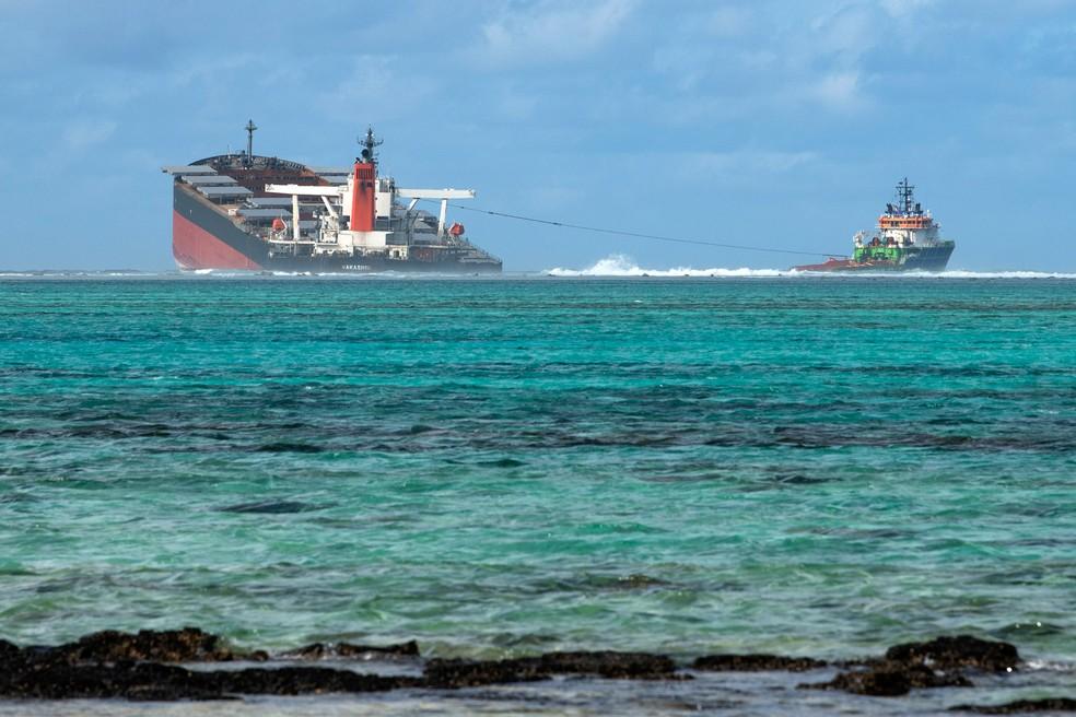 O navio MV Wakashio é visto perto do Blue Bay Marine Park, nas Ilhas Maurício, no sábado (15) — Foto:  Fabien Dubessay/AFP