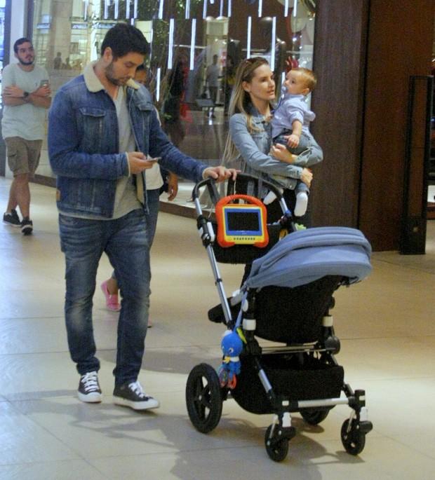 Leonardo Carvalho com a mulher e filho (Foto: J HUMBERTO / AGNEWS)