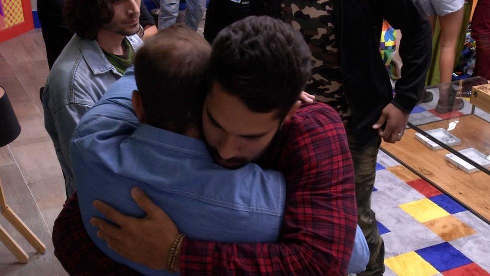 BBB21: Caio abraça o amigo eliminado  — Foto: Globo