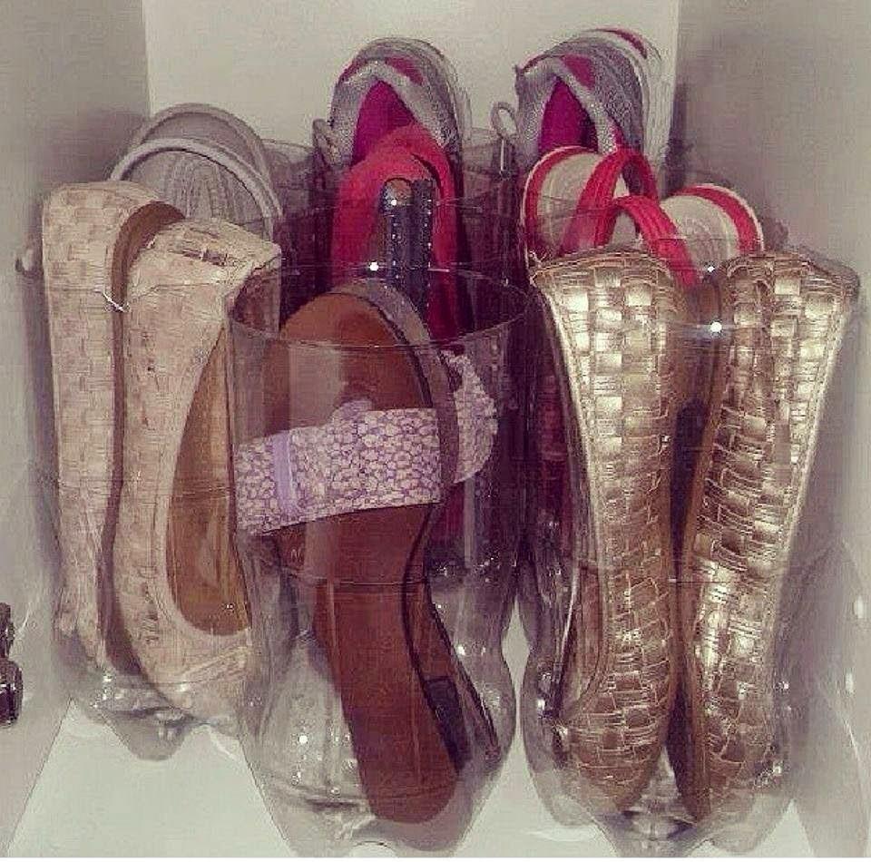 sapatos dentro de uma garrafa pet cortada (Foto: Rafaela Oliveira)