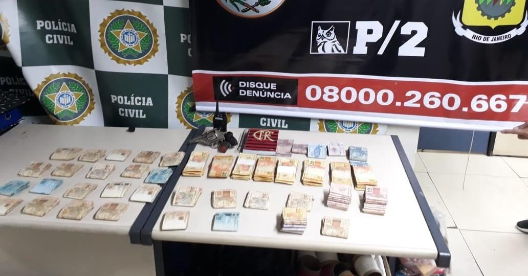 Carro roubado, R$ 37 mil e revólver são apreendidos em casa de traficante em Volta Redonda