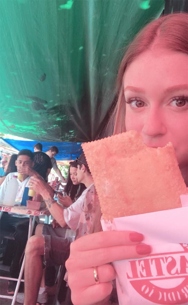 Marina Ruy Barbosa come pastel em viagem ao interior com amigas (Foto: Reprodução/Instagram)