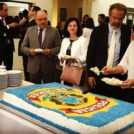 Raquel Dodge, Raul Jungmann e outras autoridades estiveram no INC para comemorar o aniversário da PF (Foto: Época)