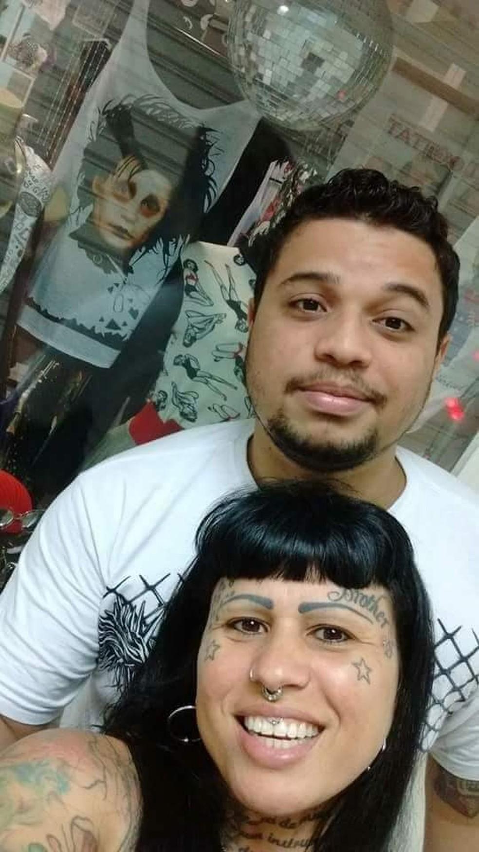 A comerciante Ana 'Totolinha' Costa, como filho Lucas, que se suicidou aos 19 anos: dor transformada em esperança — Foto: Arquivo Pessoal
