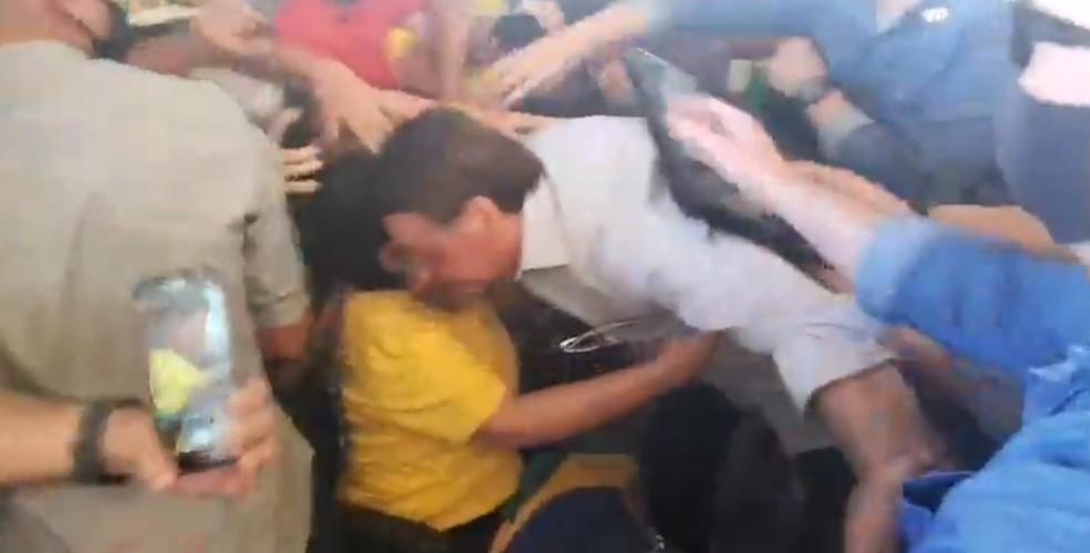 Bolsonaro cumprimenta público que o aguardava na chegada a Sergipe  — Foto: Reprodução Facebook/jairmessias.bolsonaro