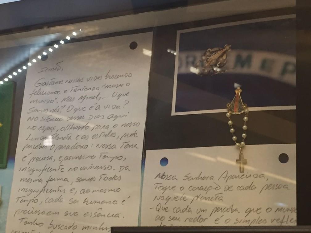 Texto escrito por Marcos Pontes fora da Terra está exposto no Santuário Nacional de Aparecida (Foto: Camilla Motta/ G1)