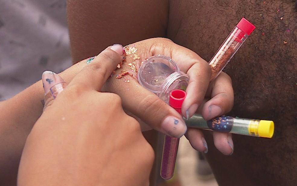Glitter ecológico feito com gelatina e corantes naturais  — Foto: Reprodução/TV Globo