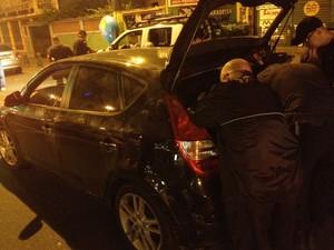 Policiais realizavam perícia no carro por volta das 21h30 (Foto: Gabriel Barreira / G1)