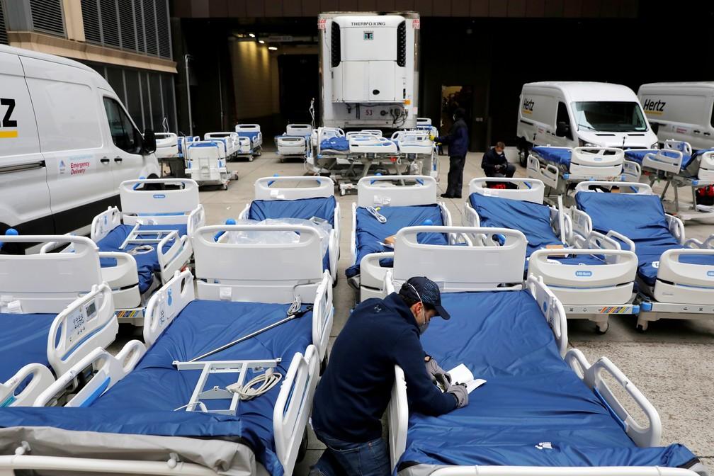 Funcionário confere 64 camas para atender pacientes com coronavírus em hospital em Manhattan, Nova York — Foto: REUTERS/Andrew Kelly