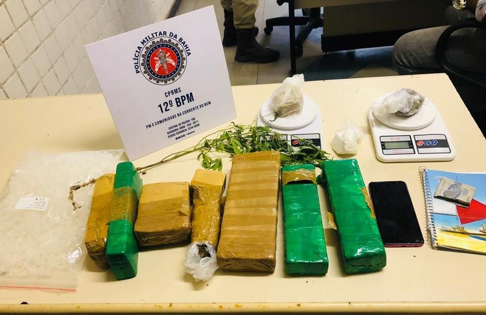 Sete tabletes de maconha, além de porções de cocaína, crack e outros materiais foram apreendidos — Foto: Divulgação/SSP-BA