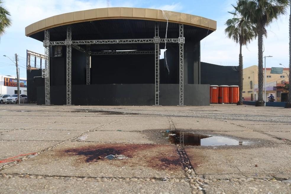 Praça no bairro Dirceu, na Zona Sudeste de Teresina, ficou manchada de sangue depois de tiroteio — Foto: Lucas Marreiros/G1