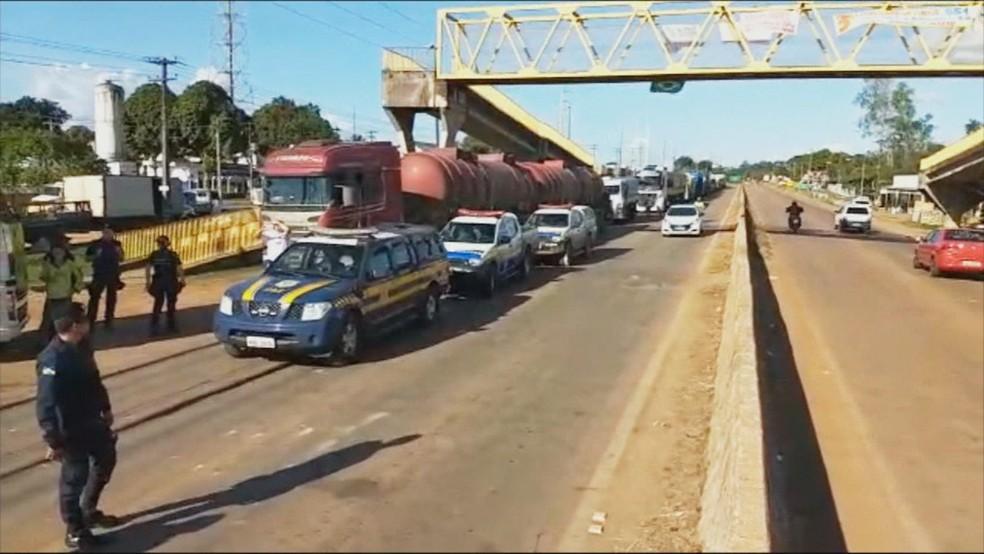 Caminhão de combustível é escoltado até usina termelétrica em RO (Foto: Reprodução/ Rede Amazônica)