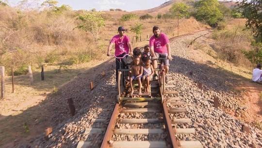 Mário conhece 'biciclotrem' e pintor em Cataguases