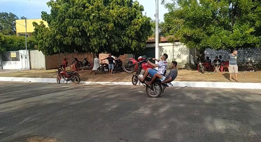 Evento de 'empinar pneu' de moto termina com dois presos e confusão no Piauí; veja vídeo