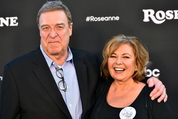 A atriz Roseanne Barr com seu ex-colega de elenco no seriado Roseanne, o ator John Goodman (Foto: Getty Images)