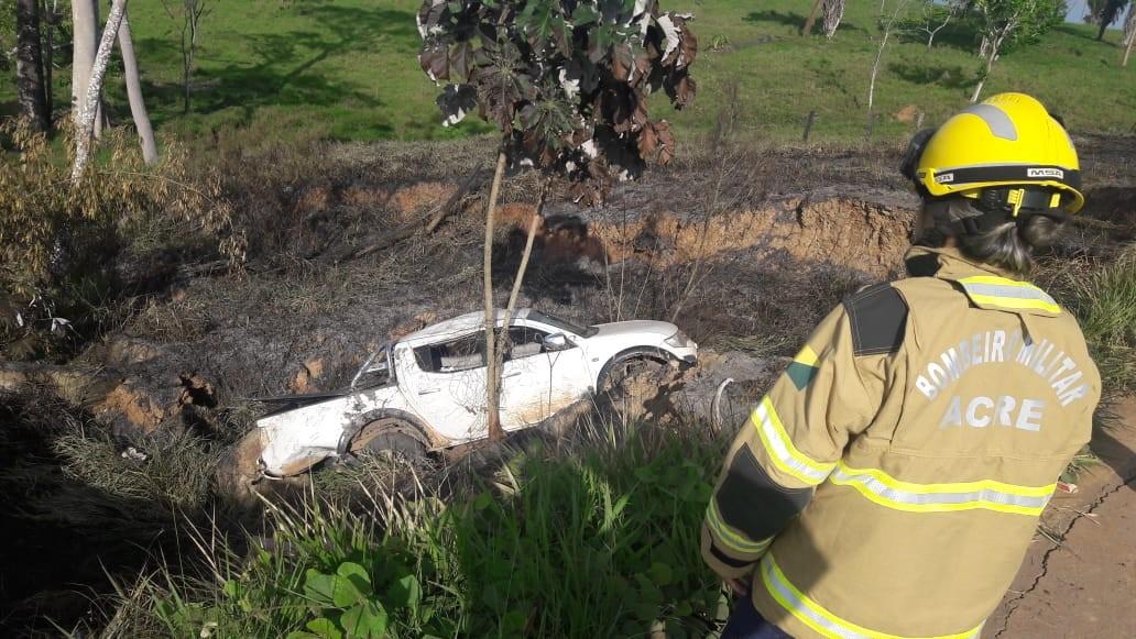 Caminhonete sai da pista após mulher tentar desviar buraco em rodovia no Acre - Notícias - Plantão Diário