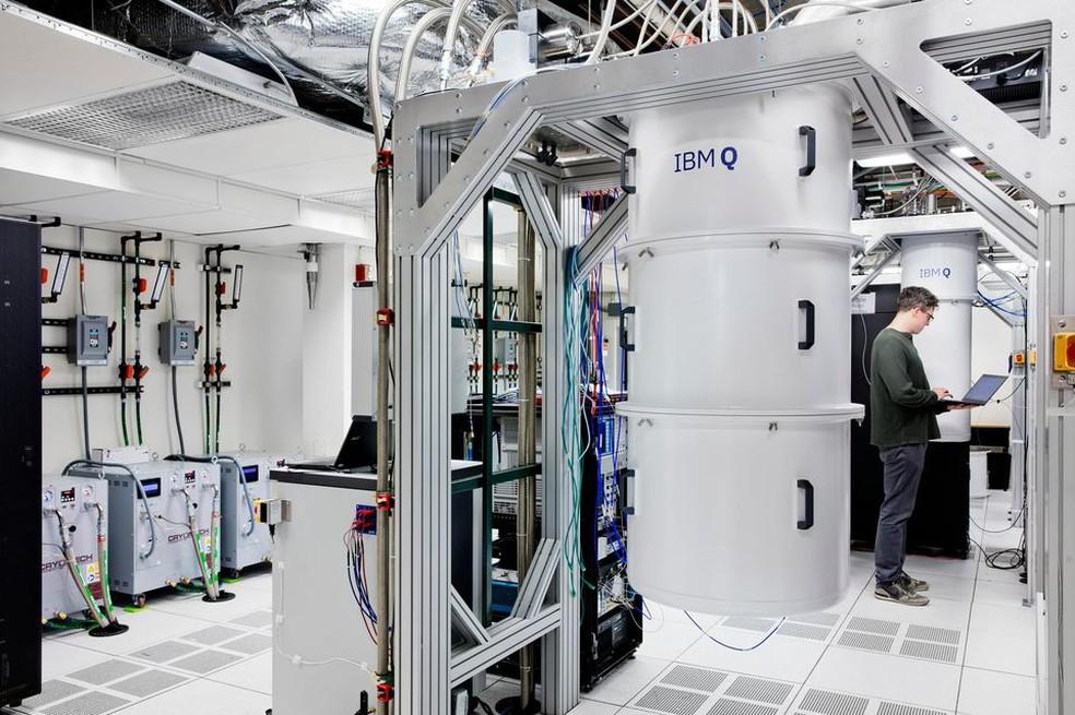 O cilindro abriga o hardware do computador. Ele é mantido suspenso para evitar que vibrações comprometam sua operação — Foto: Divulgação/IBM