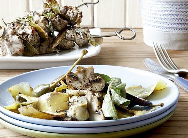 Kebabs de cordeiro com salsa de alcachofra (Foto: StockFood/Great Stock)