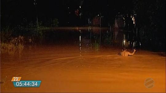 Chuva provoca alagamentos em casas, apartamentos e deixa moradores ilhados em Várzea Grande (MT)
