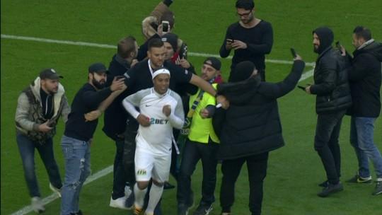 Ronaldinho Gaúcho se esquiva de invasão de fãs e faz graça com bola em jogo festivo na Alemanha