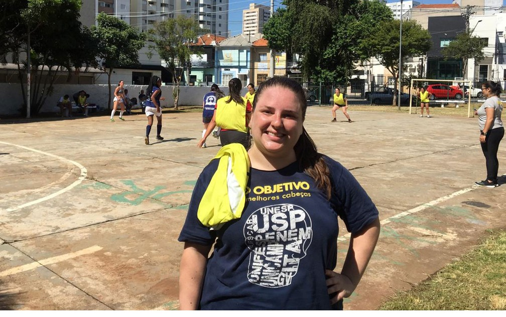 Ana Carolina Fiorin, 30 anos, é moradora do bairro Vila Mariana e conta que percebeu trabalhos de melhorias na quadra usada — Foto: Gabriela Gonçalves/G1